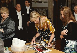 Jenny and Starr signing guestbook